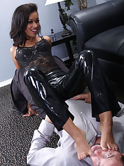 The latex mistress enjoing by foot worship and facesitting