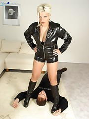 Mature bitch in leather suit prefers her sub smothering
