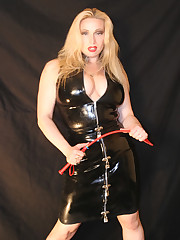 Latex mistress gets her ass worshipped
