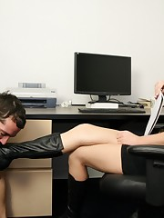 The female-dom nipper getting her driver cleaned by slave`s tongue