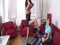A pantyhosed domme laps her slaveman