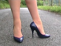 Business woman shows her FF stockings and stilettos (donna)